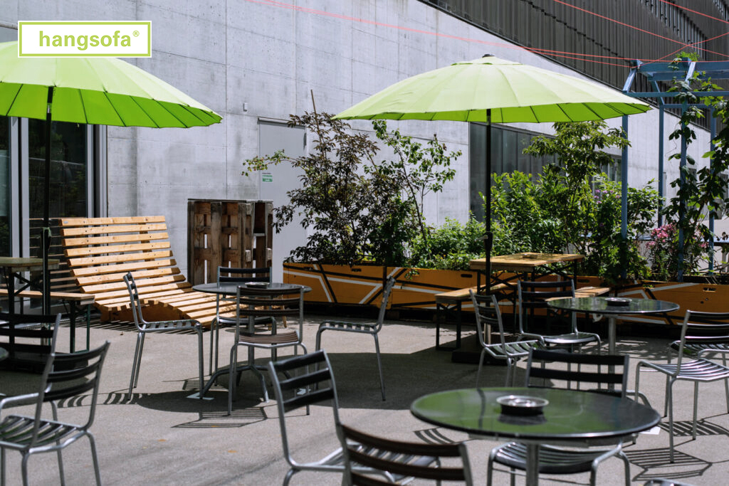 Toni Areal Zürich mit Sonnenschirmen und Liegebänken