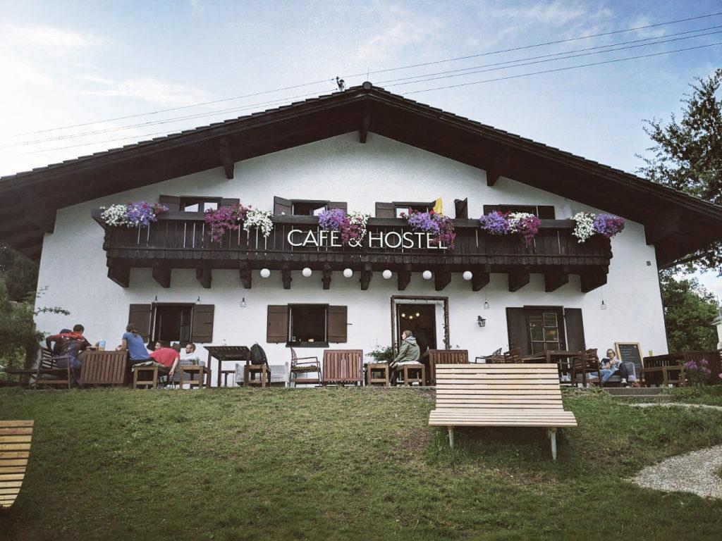 Liegebänke vor einem Hostel in den Bergen