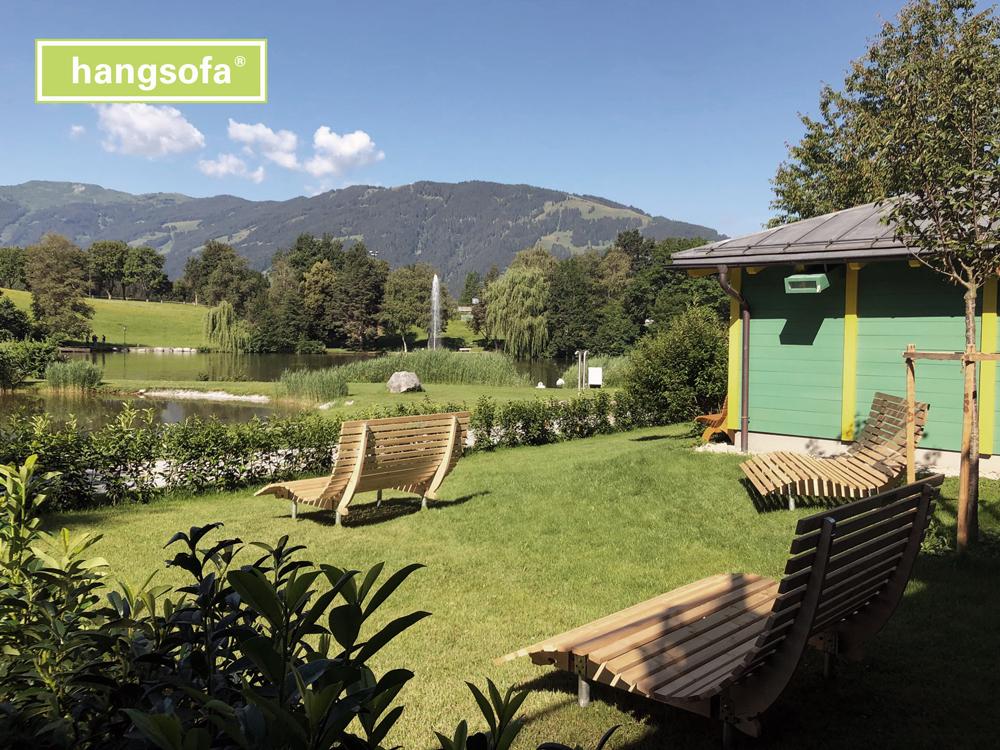 SPA Gartenliege vor Bergkulisse und Teich