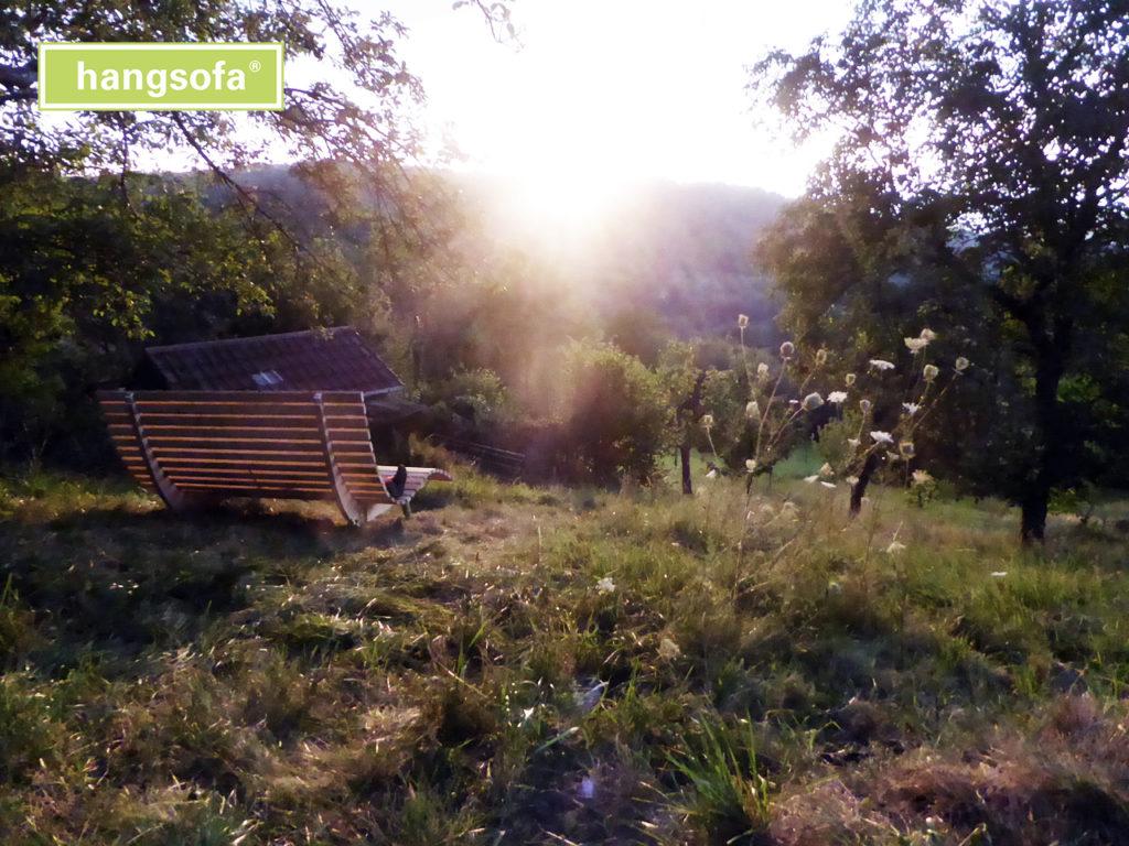 Sonniger Tag im Grünen auf Gartenliege