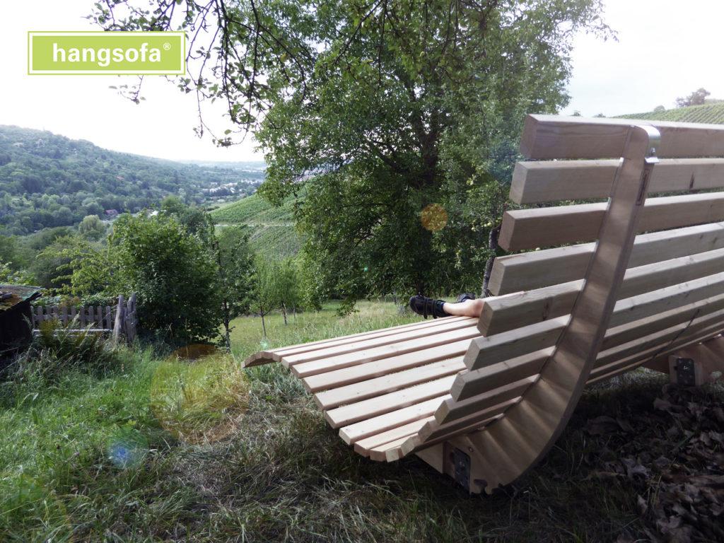 Gartenliege im Garten mit Hanglage und Blick auf Tal