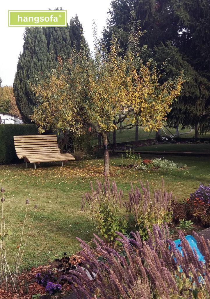 Schöne große Gartenliege im Obstgarten