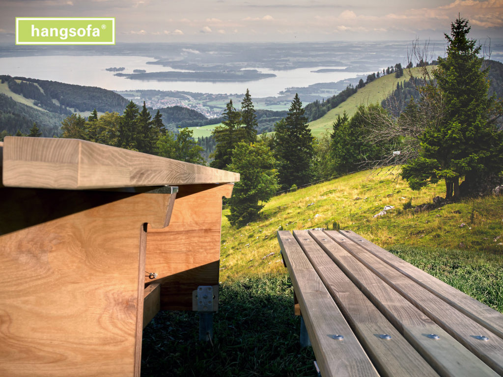 Picknickbank in den Bergen auf Wanderweg