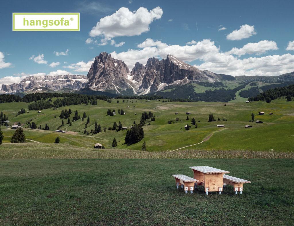 Sitzgruppe für Wanderer in Berglandschaft