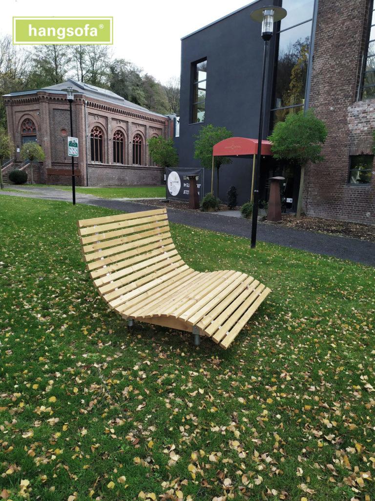 Bausatz Relaxliege auf grüner Wiese im Herbst